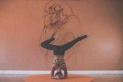 Was sind Vorzüge von Yoga und Faktoren, die man bei der Suche nach dem richtigen Yogalehrer berücksichtigen sollte?
